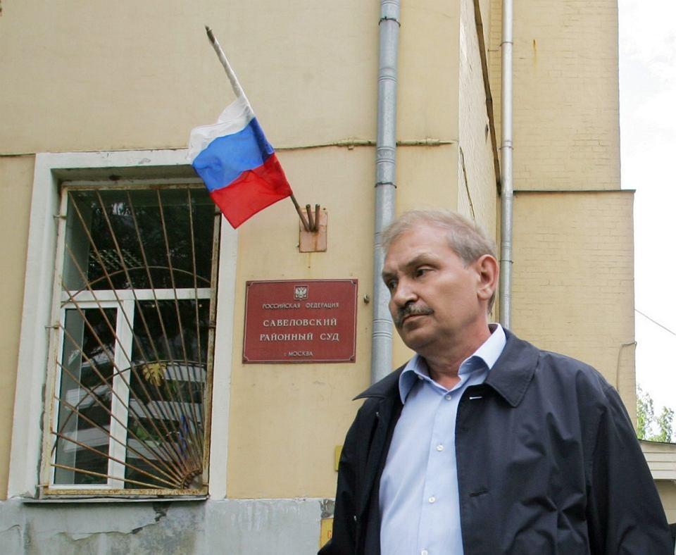 Nikołaj Głuszkow przed budynkiem rosyjskiego sądu, który skazał go za malwersacje w firmie Aerofłot