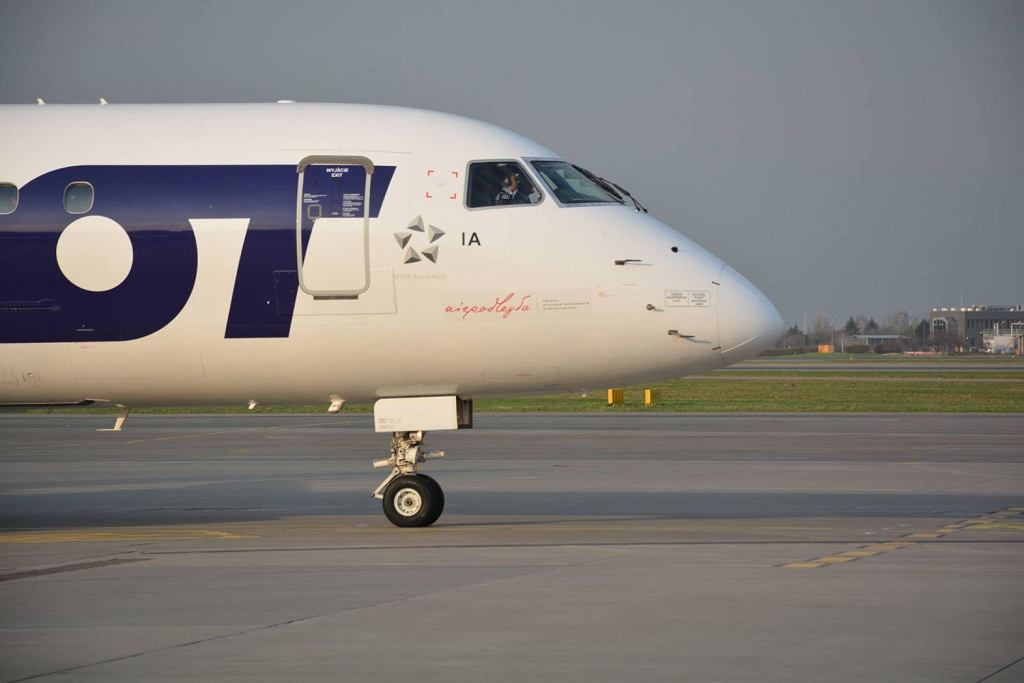 LOT-owski samolot Embraer z symbolem Niepodległa