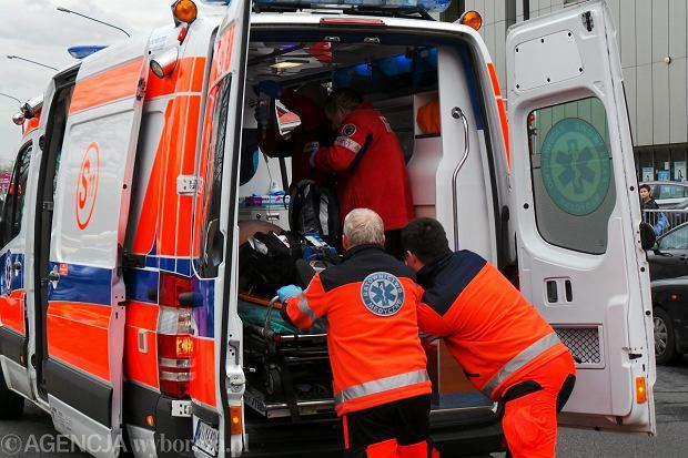 Stacje pogotowia w ca�ej Polsce oszcz�dzaj� na ratownikach. Ci ratuj� na �mieci�wkach