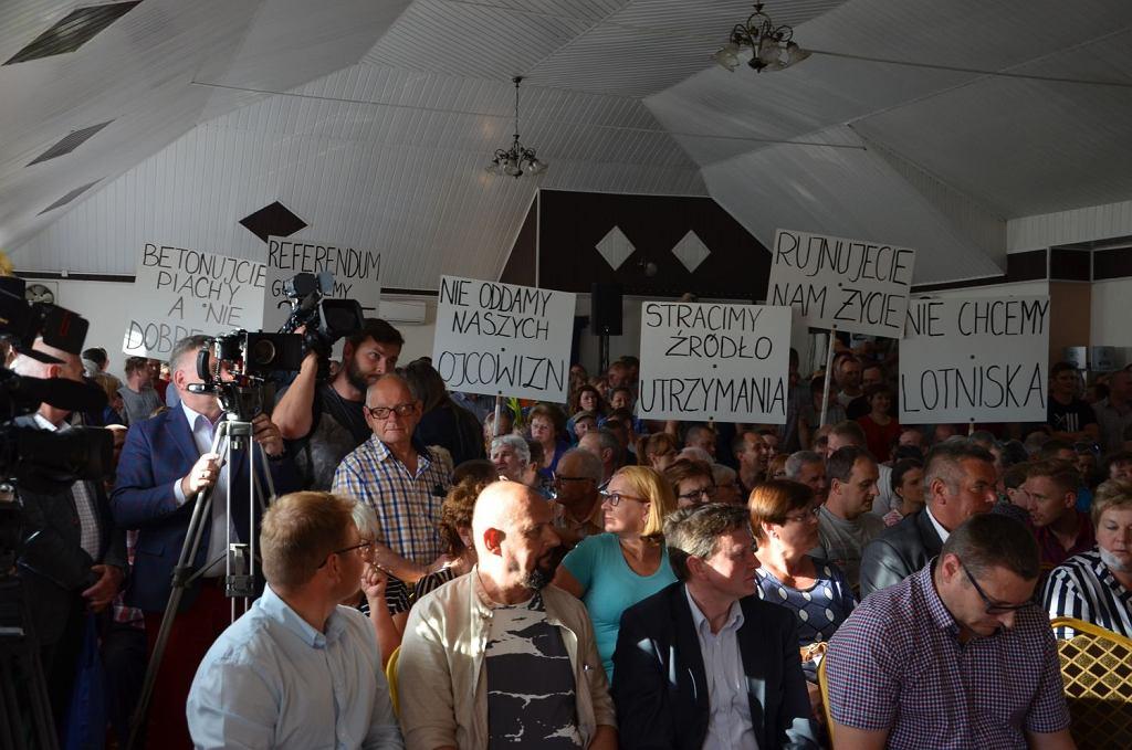 Centralny port lotniczy wywołał protest mieszkańców na spotkaniu w remizie OSP Baranów z wiceministrem infrastruktury Mikołajem Wildem