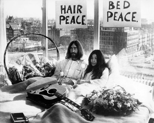 Pamiętniki, nuty, okulary... - to tylko niektóre z rzeczy, jakie zginęły z mieszkania Johna Lennona i Yoko Ono ponad 11 lat temu. Gdzie odnaleziono pamiątki słynnej pary?