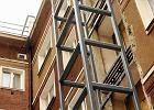 Warszawa si� starzeje: montuj� windy w starych budynkach