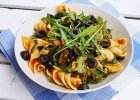 �widerki w pomidorach z broku�ami, czarnymi oliwkami i rukol�