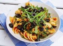 Świderki w pomidorach z brokułami, czarnymi oliwkami i rukolą - ugotuj