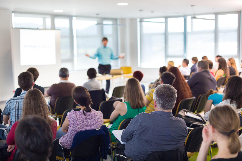 Dla 65 proc. pracowników ważnym elementem programu wyjazdów integracyjnych są szkolenia produktowe, warsztaty i treningi umiejętności psychospołecznych (fot. Shutterstock.com)