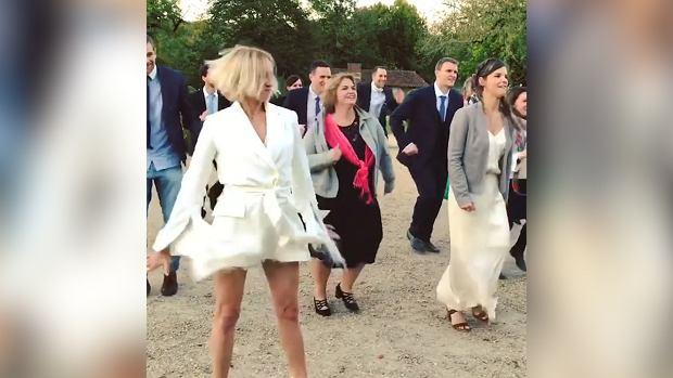 Anna Wyszkoni na Instagramie pochwaliła się zdjęciem ze ślubu. Ona w białej sukni, on w eleganckim garniturze. Zachwyceni fani oszaleli i życzyli młodej parze szczęścia oraz gratulowali podjęcia decyzji o zawarciu związku małżeńskiego. Sama piosenkarka podpisem podkręciła atmosferę. Nic więc dziwnego, że wszyscy... dali się nabrać. Tak naprawdę piosenkarka i jej partner byli gośćmi weselnymi.