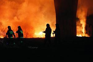 Potężny pożar w Zawierciu. Spłonęło kilkaset metrów kwadratowych hali papierniczej
