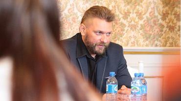 Pałac w Żaganiu. Bartłomiej Woś, wuefista ze szkoły w Żaganiu na spotkaniu z burmistrzem Danielem Marchewką i mieszkańcami