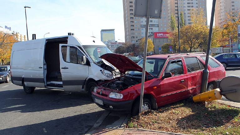 Rozbita skoda po wypadku na skrzyżowaniu ulic Fieldorfa i Ostrobramskiej