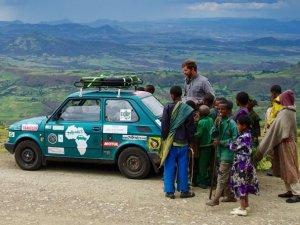 Wnuk słynnego pisarza przejechał fiatem 126p Afrykę. Arkady Fiedler: W maluchu jest się bardzo blisko świata