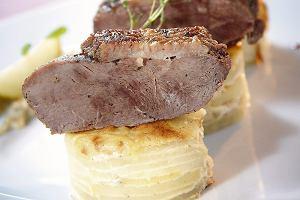Pieczona pierś z gęsi z ziemniakami au gratin i sosem śliwkowym