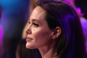 """""""Czuj� si� kobieco. Decyzj� podj�am dla mojej rodziny"""". Jolie w pierwszym wywiadzie po zabiegu usuni�cia jajnik�w"""