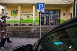 800 zł za zajęcie miejsca niepełnosprawnemu na parkingu. I 100 zł dla pieszego za brak odblasków