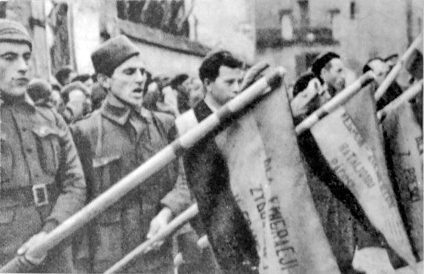 Polscy ochotnicy, znani jako dąbrowszczacy (od nazwy ich XIII Brygady Międzynarodowej im. Jarosława Dąbrowskiego), składają przysięgę na wierność Republice prawdopodobnie w Albacete w 1936 r. albo 1937 r. W wolnej Polsce dwukrotnie, w 1991 r. i za rządów PiS w 2007 r., usiłowano im odebrać uprawnienia kombatanckie jako agentom komunistycznym, choć żyła ich już tylko garstka. Bronili ich wtedy w