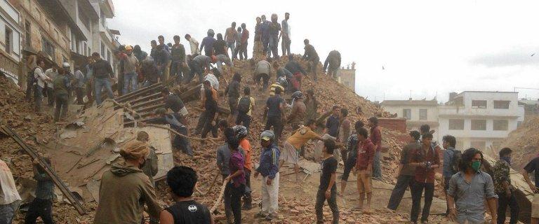Ju� 700 os�b nie �yje. To najsilniejsze trz�sienie ziemi w Nepalu od 80 lat. Na Evere�cie zesz�a lawina