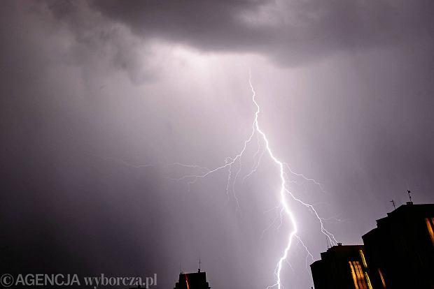 27.04.2015 Lodz . Wiosenna burza z piorunami nad Balutami . Fot. Tomasz Stanczak / Agencja Gazeta  SLOWA KLUCZOWE: /FR/ piorun