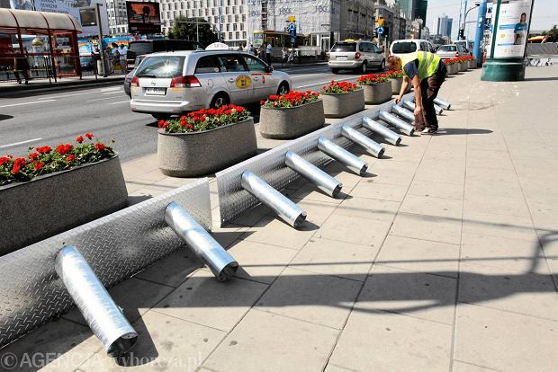 Robotnicy instalują specjalne stojaki sytemu