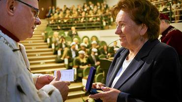 Dr Jolanta Wadowska-Król otrzymała medal Śląskiego Uniwersytetu medycznego przyznawany za działalność społeczną oraz promowanie uczelni