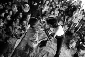 Odgłosy wybuchów bomb zagłuszył śmiechem dzieci. Niezwykła akcja w obozie dla uchodźców z Kobane