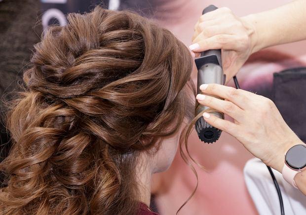 Fryzury na wesele - jak wybrać najlepszą? Propozycje dla panny młodej i gości [Warkocze, fale, koki]