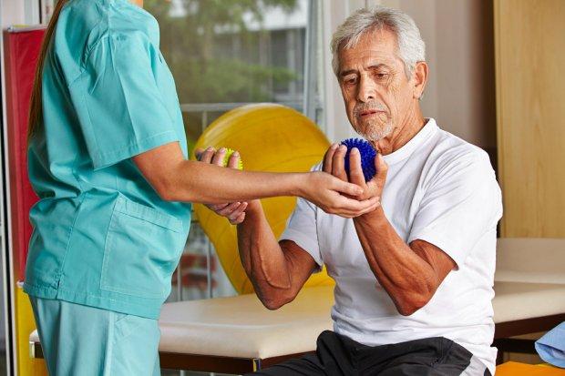 Gdy ruch zaczyna boleć. Starsze osoby powinny mieć rehabilitację nie tylko po urazie [DŁUGOWIECZNI]