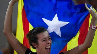 Mieszkanka Tarragony z katalońską flagą podczas niedawnej demonstracji na rzecz niepodległości regionu