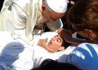 Papież Franciszek zatrzymał samochód, by pobłogosławić niepełnosprawną