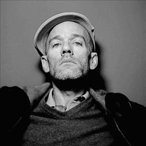 """Michael Stipe - frontman nieistniejącej już grupy R.E.M. - wykonał utwór """"The Man Who Sold The World"""" z repertuaru Davida Bowiego."""