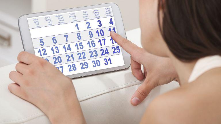 Jak opóźnić okres o kilka dni? - to pytanie zadaje sobie wiele kobiet, szczególnie jeśli czekają je wydarzenia, które miesiączka mogłaby popsuć.