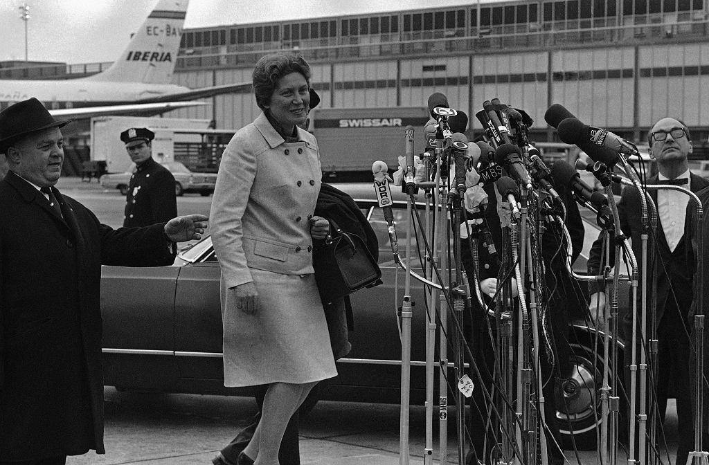 21 kwietnia 1967 r. Swietłana Aliłłujewa na nowojorskim lotnisku im. Kennedy'ego, tuż po swoim przylocie ze Szwajcarii (fot. Eastnews)