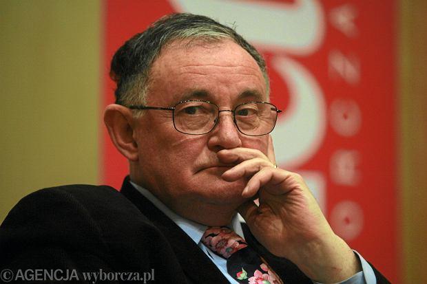 Prof. Wiktor Osiatyński, konstytucjonalista, krytykuje odznaczenie prezesa Trybunału Konstytucyjnego. Nawołuje go do rezygnacji z funkcji