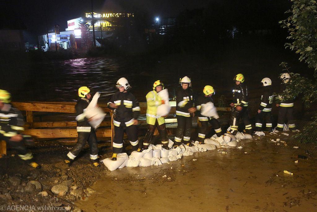 Biały Dunajec. Zakopianka zamknięta. Strażacy i mieszkańcy walczą o utrzymanie mostu.