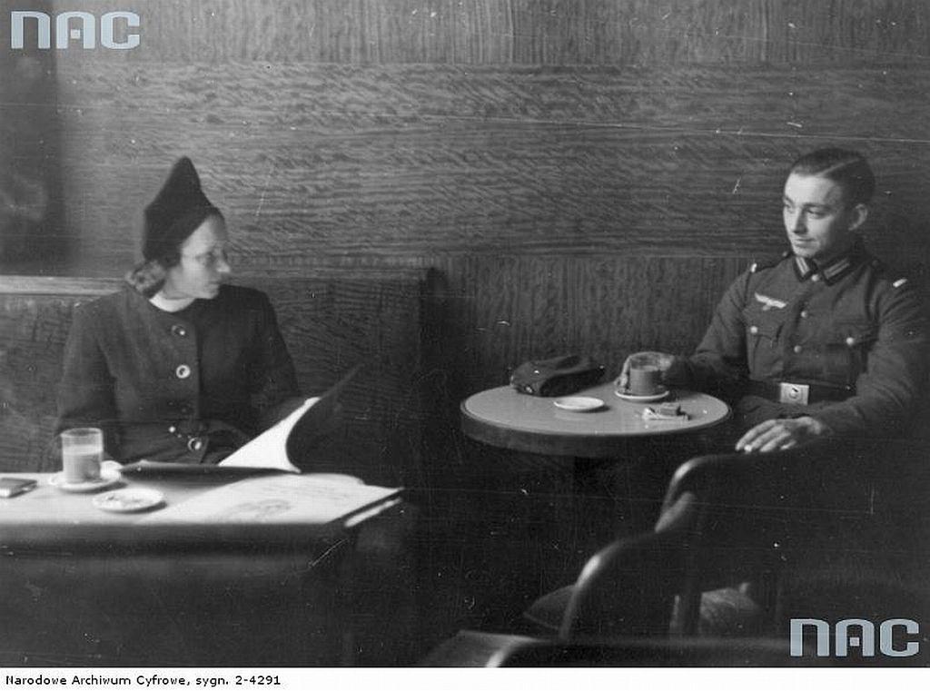 Nieznana z nazwiska kobieta i niemiecki oficer w restauracji (fot. Narodowe Archiwum Cyfrowe)