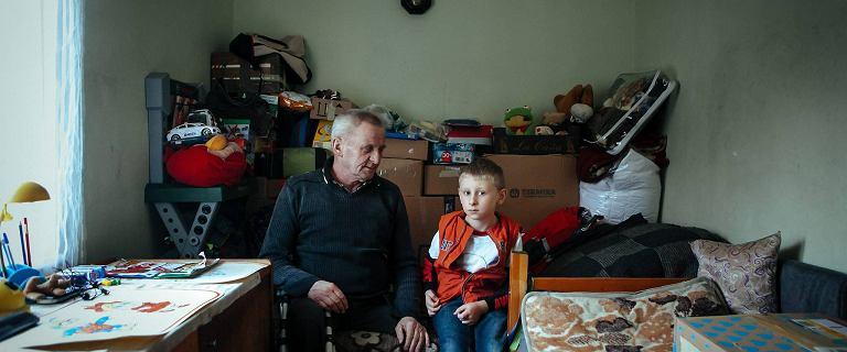 To ca�e ich mieszkanie. Pan Stefan i jego 7-letni syn Gracjan �yj� na 8 m kw.