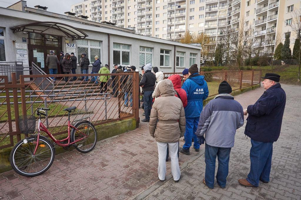 Niektórzy wstają jeszcze przed świtem, by zapisać się do lekarza. Na zdj. kolejka pacjentów czekających od 6 rano na zapisy do przychodni w Poznaniu (fot. Łukasz Cynalewski / AG)