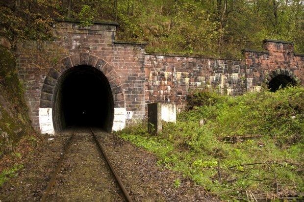 Zdjęcie numer 2 w galerii - Tunele kolejowe w Polsce. Podobnymi mógł jechać