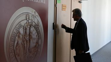 Były komunistyczny prokurator, obecnie 'twarz' pisowskich zmian w sadownictwie - poseł, członek KRS Stanisław Piotrowicz w drodze na przesłuchania kandydatów na sędziów Izby Karnej Sadu Najwyższego. Warszawa, 24 sierpnia 2018