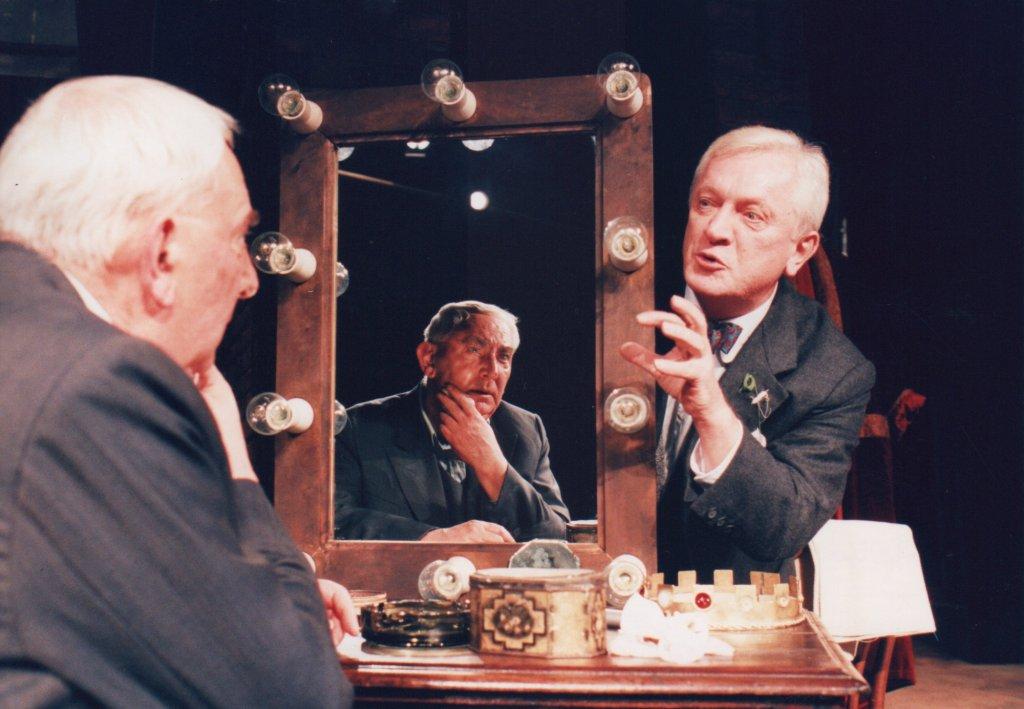 Marian Kociniak jako Norman w 'Garderobianym' Ronalda Harwooda, reżyseria - Krzysztof Zaleski (premiera 1997) / ARCHIWUM TEATRU ATENEUM W WARSZAWIE