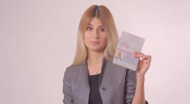Bohaterka jednego z nagra�, Alisa Komm, pokazuje sw�j paszport - i powtarza, �e kocha Ukrain�