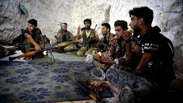 Żołnierze Syryjskiej Wolnej Armii w jaskini na przedmieściach Jisr al-Shughur, prowincja Idlib, 9 września 2018 r.