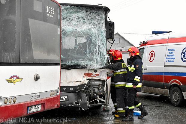 W Radomiu zderzyły się dwa autobusy. Kilkanaście osób w szpitalach [ZDJĘCIA, WIDEO]