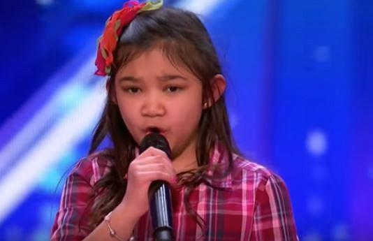 """Ta niesamowita dziewczynka zaskoczyła wszystkich niesamowitym głosem i wielką charyzmą. Podczas ostatniego odcinka America's Got A Talent, 9-letnia Angelica Hale zaskoczyła jury i widownię genialną interpretacją utworu """"Rise Up"""" Andry Day. Zobaczcie jej uroczy występ i reakcję widowni! Trzeba przyznać, że dziewięciolatka naprawdę ma talent."""