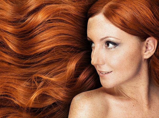 Farbowane włosy - jak utrzymać ich kolor na dłużej (nawet latem)