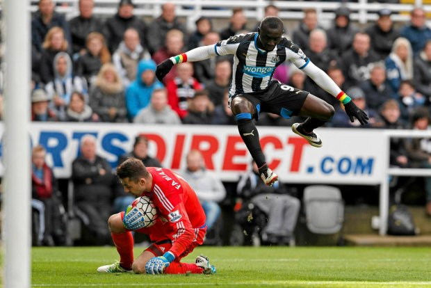 Newcastle United's Papiss Cisse jumps over Swansea City goalkeeper Lukasz Fabianski, during the English Premier League soccer match at St James' Park, Newcastle, England, Saturday, April 16, 2016. (Owen Humphreys / PA via AP) UNITED KINGDOM OUT - NO SALES - NO ARCHIVES SLOWA KLUCZOWE: soccer football