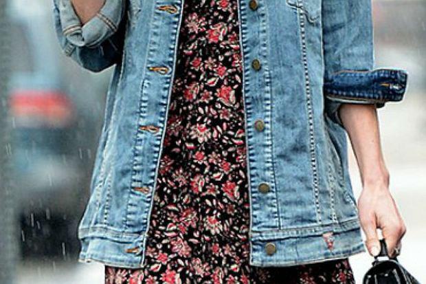 Jeansowa kurtka i sukienka w kwiaty - czy to duet idealny?