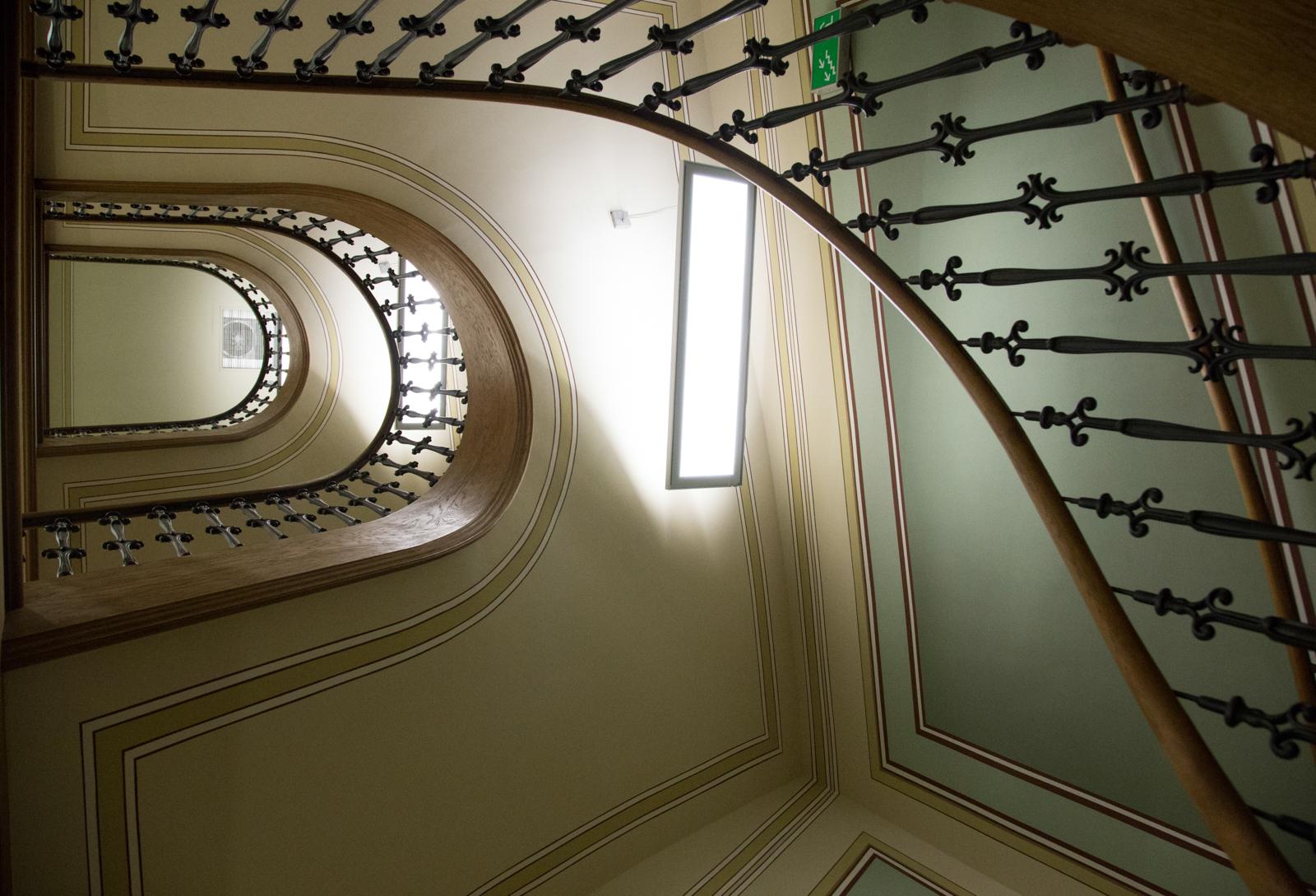 Klatka w kamienicy Zalmana Nożyka prowadziła do znajdującego się na pierwszym piętrze mieszkania właściciela i wyżej, do wynajmowanych przez niego lokali (fot. Luka Łukasiak)