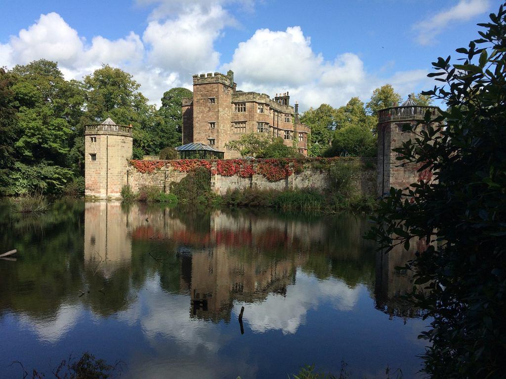 Zamek Caverswall wystawiony na sprzedaż