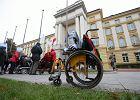 """Środowiska osób niepełnosprawnych czekały na """"dobrą zmianę"""", ale się nie doczekały. Znów wyszły protestować"""