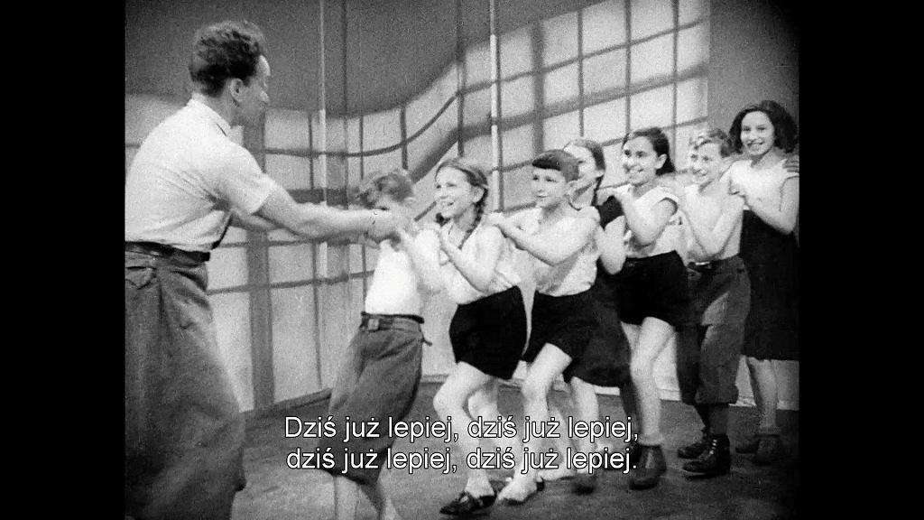 Kadr z filmu Aleksandra Forda pt. 'Droga młodych' ('Mir kumen on') z 1936 r z wystawy 'Przyszłość będzie inna' w Zachęcie / FILMOTEKA NARODOWA - INSTYTUT AUDIOWIZUALNY