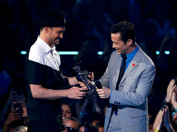 """REFILE - CORRECTING TYPO IN ACTOR'S LAST NAME    Justin Timberlake (L) accepts the video of year award for """"Mirrors"""" from presenter Joseph Gordon-Levitt during the 2013 MTV Video Music Awards in New York August 25, 2013.  REUTERS/Eric Thayer      (UNITED STATES  Tags: ENTERTAINMENT)(MTV-SHOW)"""